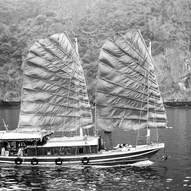 La baie de Ha Long en jonque traditionnelle à voiles